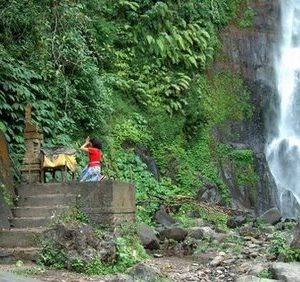 Git Git Waterfall Met Ceremonie Baliferientours